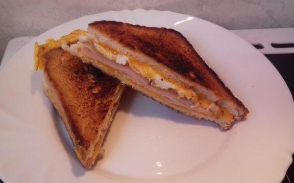 grilled cheese szendvics sonkával és tükörtojással