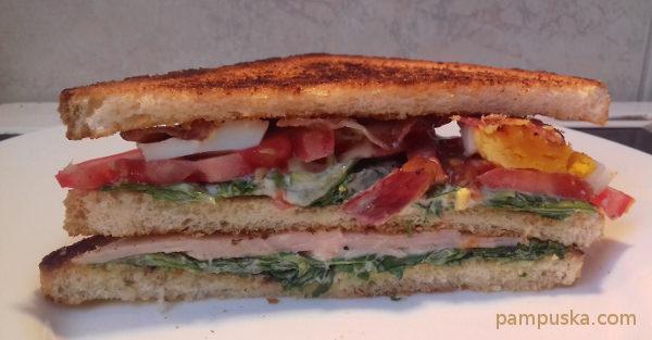 New York Club szendvics félbevágva