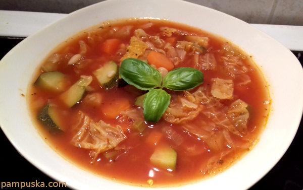 paradicsomos minestrone leves kelkáposztával, babbal, cukkinivel