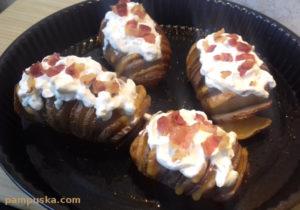 sajttal töltött krumpli baconnel tejföllel