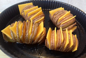 sajttal töltött krumpli sütés előtt