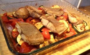 sült hal zöldségágyon tepsiben