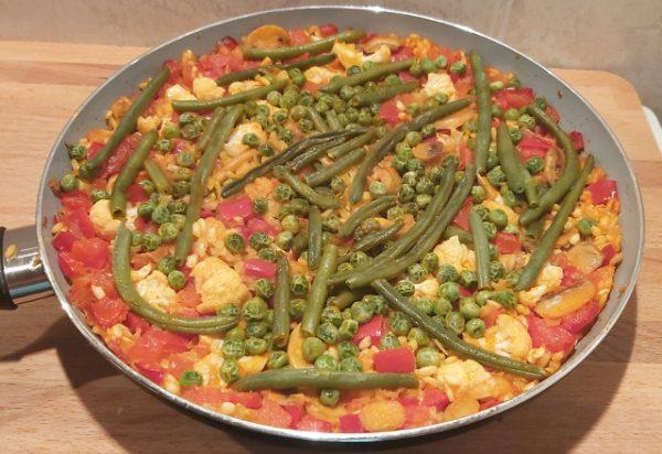 zöldséges paella serpenyőben
