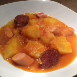 paprikás krumpli virslivel és kolbásszal