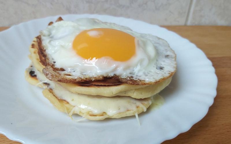 sonkás sajtos amerikai palacsinta tükörtojással