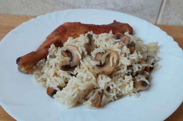 pirított gombás rizs sült csirkecombbal